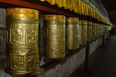 Nachtmening van boeddhistische tibetian gebedwielen Het Paleis van Potala in Lhasa, Tibet, China royalty-vrije stock fotografie