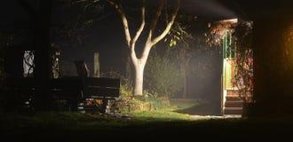 Nachtmening van buitenhuis en tuin, Zuid-Bohemen stock afbeeldingen