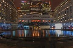 Nachtmening van Cabot Square in Docklands, Londen, het UK Royalty-vrije Stock Afbeeldingen