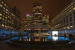 Nachtmening van Cabot Square in Docklands, Londen, het UK Royalty-vrije Stock Afbeelding
