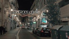 Nachtmening van Carre de Ribera met autoverkeer en gesloten winkels Valencia, Spanje stock video