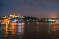 Nachtmening van cityscape van Istanboel de Moskee Rustem Pasha Mosque van Suleymaniye met drijvende toeristenboten in Bosphorus,  stock afbeeldingen