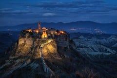 Nachtmening van Civita Di Bagnoregio, Lazio, Italië Stock Foto