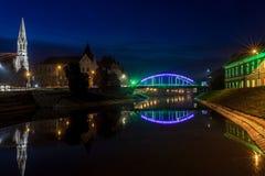 Nachtmening van de brug en het meer in Zrenjanin Stock Foto's