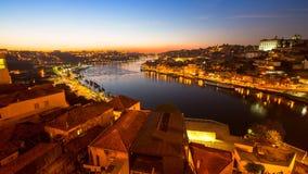 Nachtmening van de Douro-rivier in Porto Stock Afbeelding