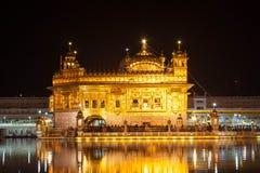 Nachtmening van de gouden omhoog aangestoken tempel Royalty-vrije Stock Foto