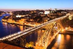 Nachtmening van de historische stad van Porto Stock Afbeeldingen