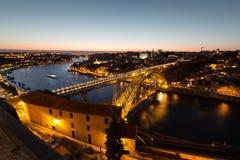 Nachtmening van de historische stad van Porto, Portugal met Dom Stock Fotografie