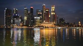 Nachtmening van de horizon van Singapore stock footage