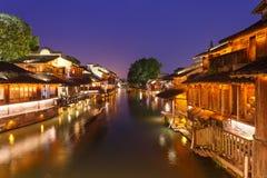 Nachtmening van de huizen van de Waterkant in Wuzhen-Stad stock afbeelding