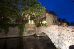 Nachtmening van de kanalen van Brugge, België royalty-vrije stock fotografie