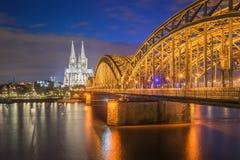 Nachtmening van de Kathedraal van Keulen in Keulen, Duitsland Stock Foto's