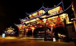 Nachtmening van de oude Chinese poort bij Qintai-Road historisch district, Chengdu, Sichuan, Mensenrepubliek China royalty-vrije stock afbeelding