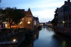 Nachtmening van de rivier Leie met avondverlichting stock afbeelding