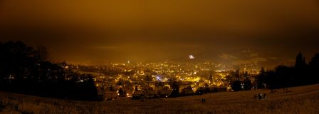 Nachtmening van de stad door straatlantaarns wordt aangestoken die Royalty-vrije Stock Fotografie