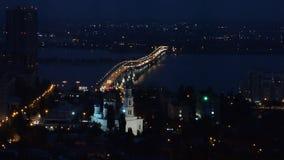 Nachtmening van de stad en de brug stock videobeelden