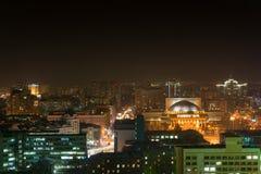 Nachtmening van de stad van Novosibirsk royalty-vrije stock foto