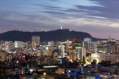 Nachtmening van de stad van Seoel, Zuid-Korea Stock Foto's