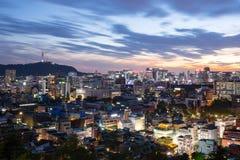 Nachtmening van de stad van Seoel, Zuid-Korea Stock Afbeelding