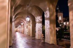 Nachtmening van de Stadhuiscolonnade, Pasadena stock afbeeldingen