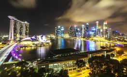 Nachtmening van de stadshorizon van Singapore royalty-vrije stock afbeeldingen