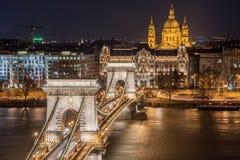 Nachtmening van de Szechenyi-Kettingsbrug en de kerk St Stephen ` s in Boedapest Stock Fotografie