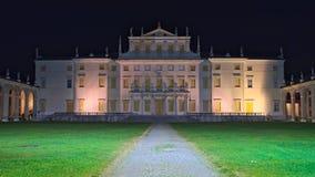 Nachtmening van de voorgevel van Villa Manin Stock Fotografie