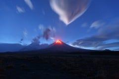 Nachtmening van de Vulkaan van uitbarstingsklyuchevskoy Het schiereiland van Kamchatka Stock Afbeeldingen