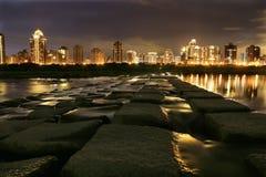 Nachtmening van de Waterkant door de Stad Royalty-vrije Stock Foto