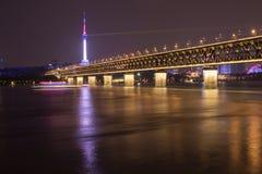 Nachtmening van de Yangtze-Rivierbrug in Wuhan, Hubei, China, Guishan-de Toren van TV, Yangtze-Rivier stock afbeelding