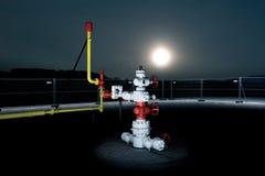 Nachtmening van een gasopslag stock afbeeldingen