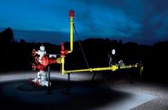 Nachtmening van een gasopslag stock foto