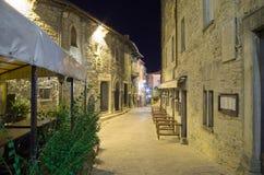 Nachtmening van een middeleeuwse straat Royalty-vrije Stock Afbeeldingen
