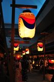 Nachtmening van een oude Japanse stijlstraat stock foto's