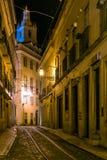 Nachtmening van een straat in Lissabon Stock Fotografie