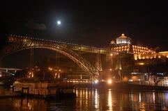 Nachtmening van Eifel ` s Dom Luis I Brug in Porto, Portugal royalty-vrije stock foto's