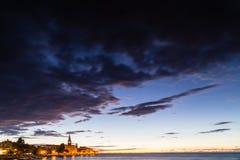 Nachtmening van Europees dorp door het overzees Stock Afbeelding