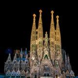 Nachtmening van Geboorte van Christusvoorgevel van Sagrada Familia kathedraal in Bedelaars Royalty-vrije Stock Fotografie