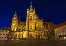 Nachtmening van gotische St Vitus Cathedral in Praag Stock Afbeeldingen