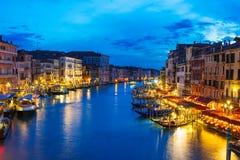 Nachtmening van Grand Canal met gondels in Venetië royalty-vrije stock fotografie