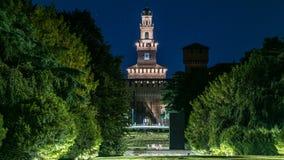Nachtmening van het grote centrale park van Parco Sempione timelapse in Milaan, Italië Het Sforza-Kasteel op de achtergrond stock videobeelden