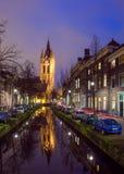 Nachtmening van het historische stadscentrum van Delft, Nederland royalty-vrije stock afbeelding