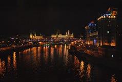 Nachtmening van het Kremlin en Moskou - rivier Stock Foto's
