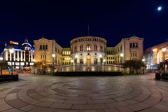 Nachtmening van het Noorse parlement stock afbeelding