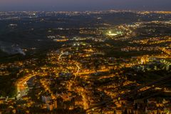 Nachtmening van het panorama van San Marino van Borgo Maggiore Stock Afbeelding