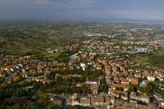 Nachtmening van het panorama van San Marino van Borgo Maggiore Stock Foto