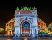 Nachtmening van het theater van Politeama Garibaldi in Palermo stock foto's