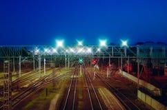 Nachtmening van hierboven over de spoorweg Goederentreinen, vrachtwagens en reservoirs stock afbeeldingen