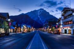 Nachtmening van Hoofdstrret van Banff townsite Stock Foto's
