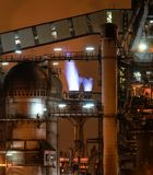 Nachtmening van hoogovenmateriaal van de metallurgische installatie stock foto